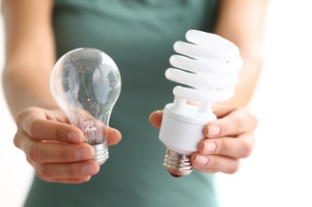 Hands holding traditional and energy efficient lightbulbs (Taken from http://blog.thehigheredcio.com/2011/08/31/efficiency-vs-effectiveness/)